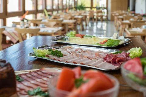 Leckere Wurst- und Salatplatten